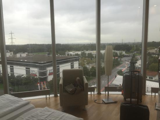 Four Points by Sheraton Panoramahaus Dornbirn: Floor to ceiling windows i  the rooms