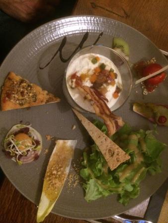 Aulon, France : verrine au brebis d'Ens à la crème d'amande douce, tartare de légumes et brugon, chips de lard