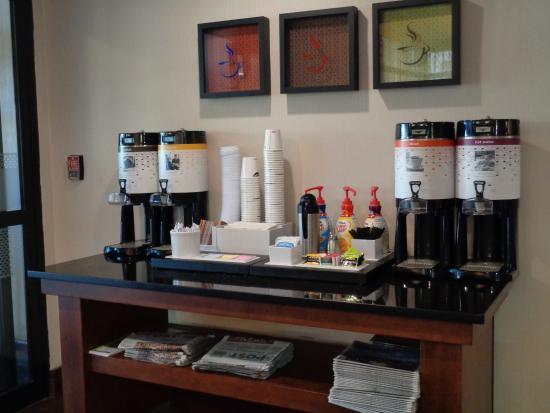 Hampton Inn Hattiesburg: Coffee/Tea station available 24/7