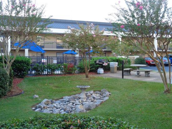 Hampton Inn Hattiesburg: Grill area by the pool with fountain