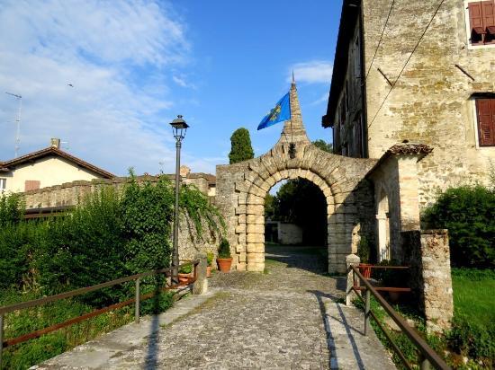 Strassoldo, Italy: porta
