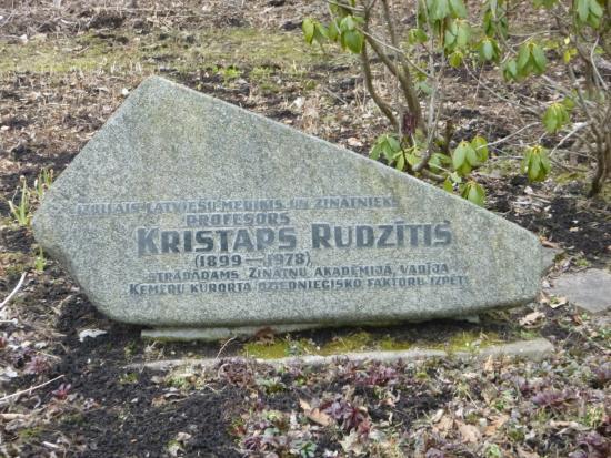 Kemeri Sanatorium Building: Захоронение в парке известного терапевта Кристапса Рудзитиса