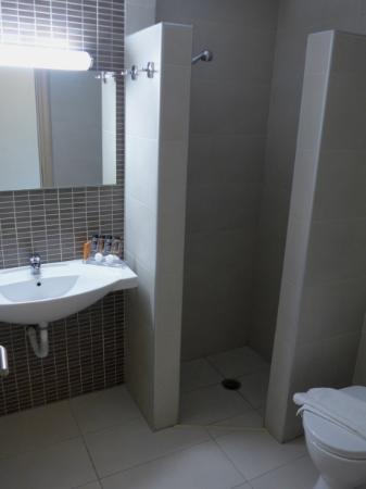 Das modern gestaltete Badezimmer mit offener Dusche - Bild von ...