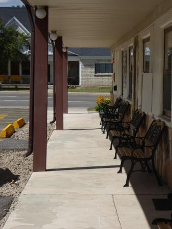 Canyon Lodge Motel: Sitting out front