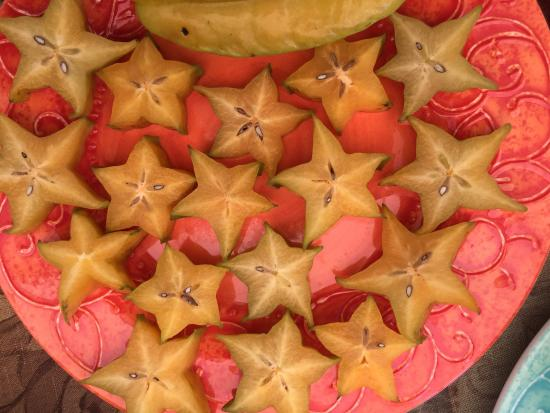Kilauea, Hawái: Offerings of seasonal fresh organic fruit on the tour.