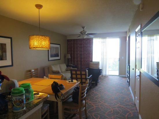 Orlando's Sunshine Resort: Kitchen into Living Room