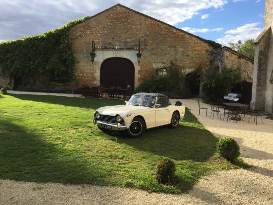 Le Chateau de Sers : Car by the barn