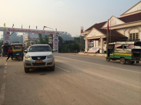 Dansavanh Oudomxay Hotel: There is a small market place opposite and to the north of the hotel entrance.