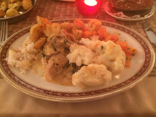 Casa Paco Restaurant: Main course, pork in mushroom sauce with crispy potatoes, cauliflower cheese and carrots in hone