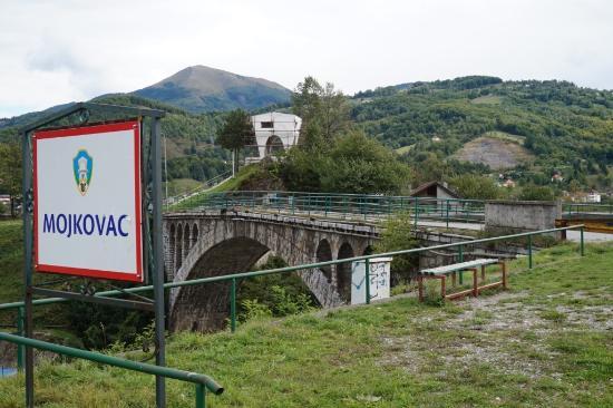 Mojkovac, Montenegro: Мост чере реку Тару. Под ним вы обязательно увидите раболовов!