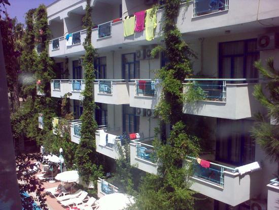 Merhaba Hotel: Вид из окна одноместного номера корпуса В на корпус А