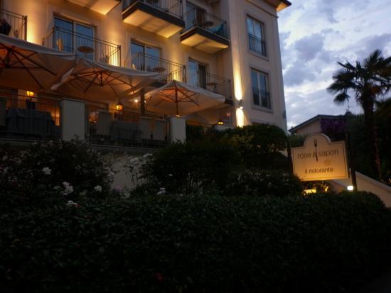 Villa Rosa Hotel: Hotel at dusk
