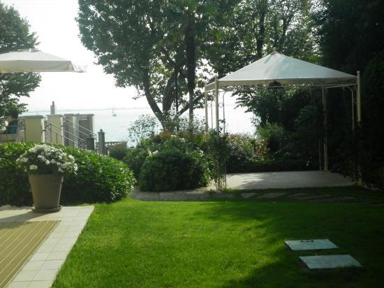 Villa Rosa Hotel: hotel side garden