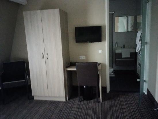 fletcher hotel restaurant het veluwse bos comfort kamer met bureau en kledingkast