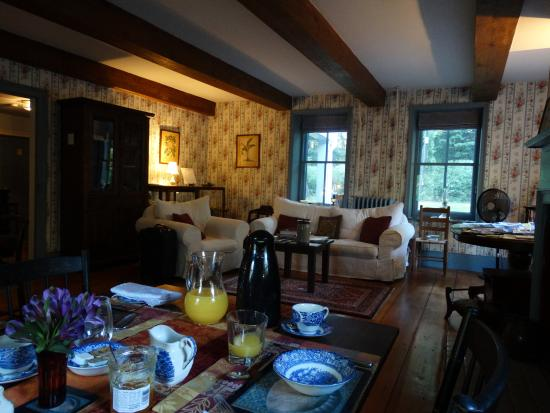 The Stone House Bed and Breakfast: Breakfast & living room