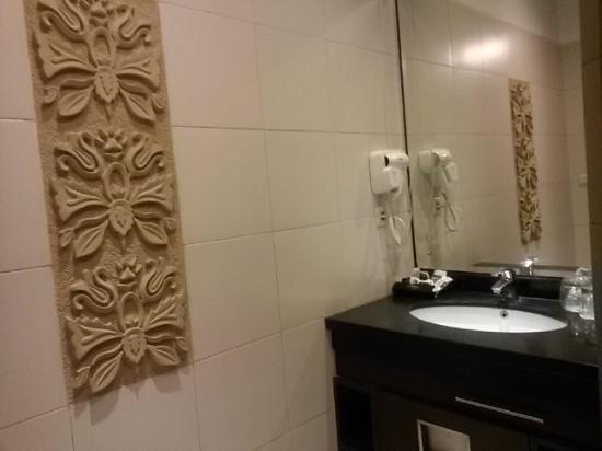 kamar mandi dengan interior relief yang terlihat cantik
