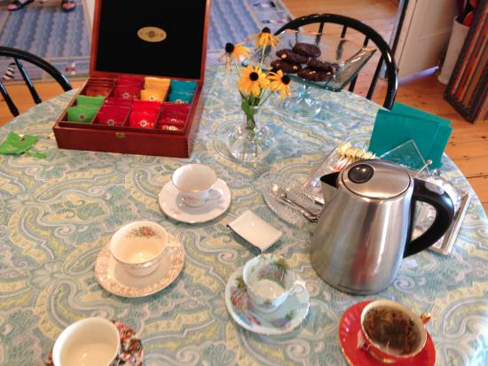 East Boothbay, ME: Tea and cookies are offered in the afternoon