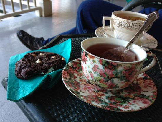 East Boothbay, ME: Tea and cookies are offered in the afternoons