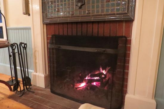 East Boothbay, ME: It was great to sit in front of the fireplace in the evenings and talk to Eric