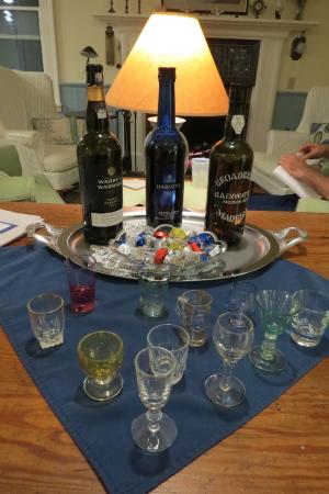 East Boothbay, ME: Evening drinks and chocolates in the Common room