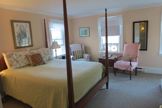 East Boothbay, ME: A corner room with full bath