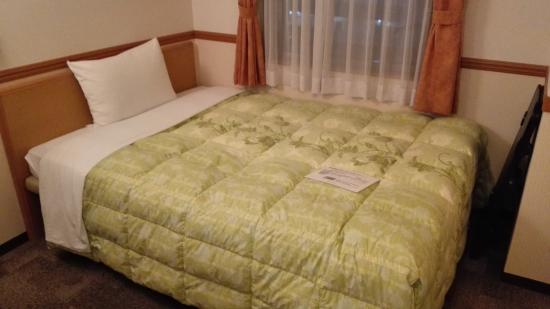 Toyoko Inn Matsuyama Ichiban-cho: ベッドは硬めで、寝心地はあまりよくありません