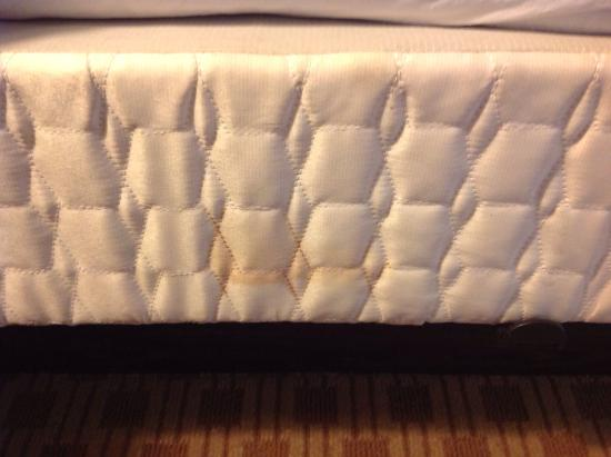 Baymont Inn & Suites Indianapolis East: Mattress are dirty