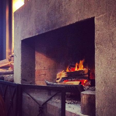 Pulau Waiheke, Selandia Baru: cafe fireplace on o chilly morning