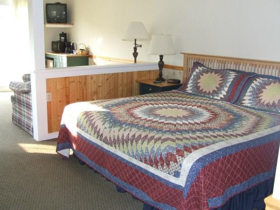 The Country Inn at Camden / Rockport: Bedroom area of room 143