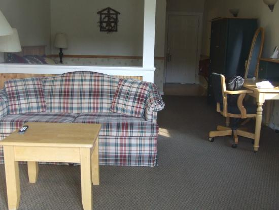 The Country Inn at Camden / Rockport: Lounge area room 143