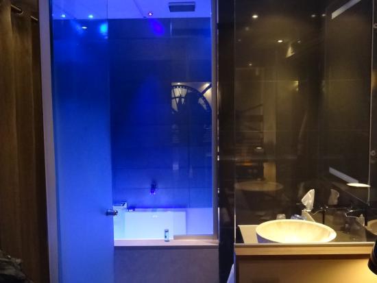 Bathroom picture of hotel design secret de paris paris for Hotel design secret paris booking