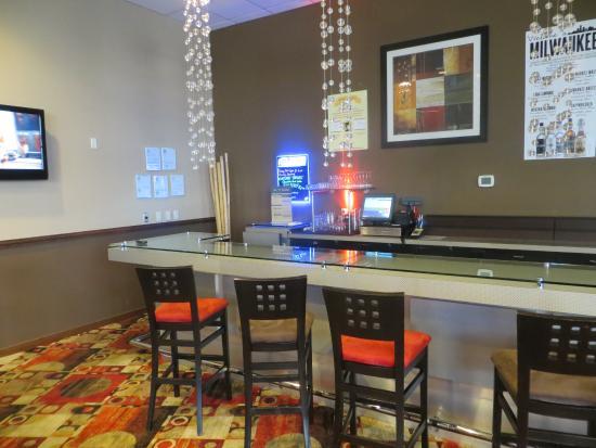 Crowne Plaza Milwaukee Airport: Happy hour bar in lobby
