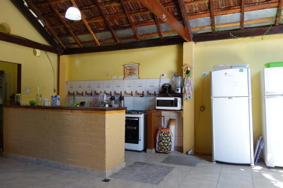 Big Hostel Brasil: Innenhof mit Küche, TV und Frühstücksbuffet