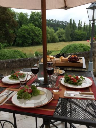 Villars, France : Les fromages on the terrace