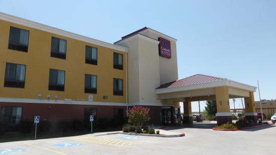Comfort Suites: Voor aanzicht hotel, gratis parkeerterrein
