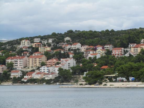 Ciovo Island, Kroatien: Yellow House from ferry boat to Okrug Beach