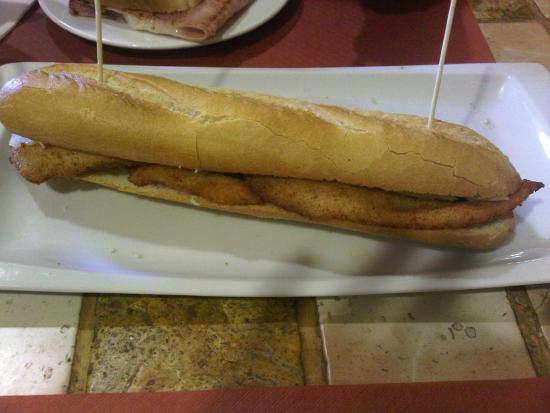 pilgrim cafe: bocadillo triste de pechuga de pollo rebozada