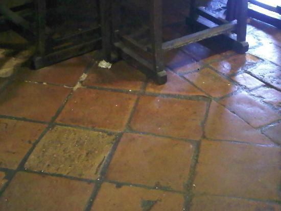 pilgrim cafe: Suelo sucio del día anterior a las 11:30 de la mañana