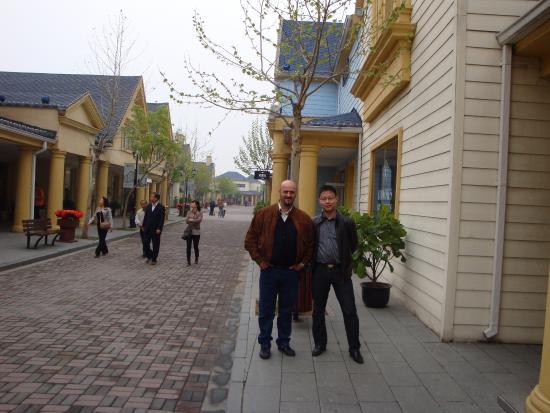 Beijing Scitech Premium Outlet Mall : Mio marito con  amico
