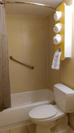 Motel 6 Washington DC/Convention Center: Bathroom
