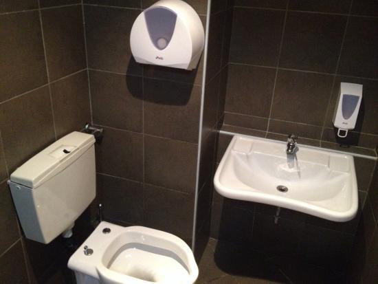 Bagno con sciacquone rotto senza carta igienica e senza sapone foto di mojito restaurant - Sciacquone bagno ...