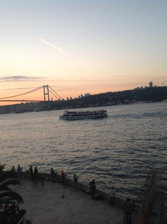 Bosphorus Palace Hotel: Ferries travelling in frount of your room