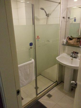 Hanting Express Xi'an Jiaotong University: Second room shower (better)
