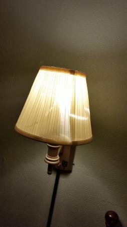 Econo Lodge Cranston: Broken lampshade