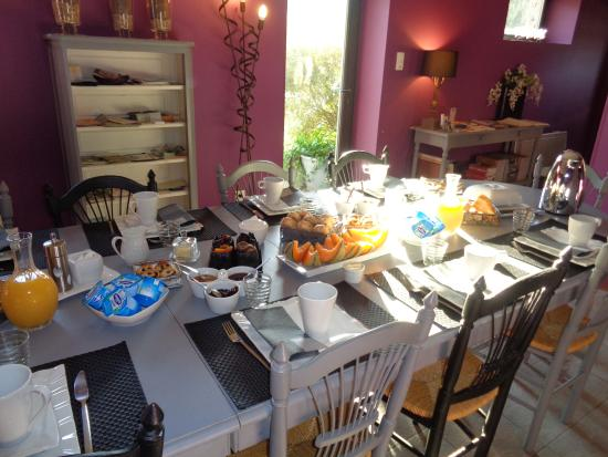 Saint-Hubert, France : table du petit déjeuner