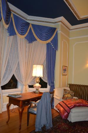 Joan Brown's Bed and Breakfast: Beautifully appointed master suite (Grandmother's room)