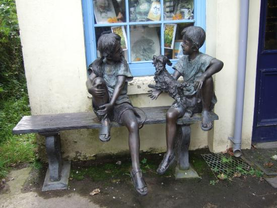 Laxey Woollen Mill and Gallery: Excellent statues