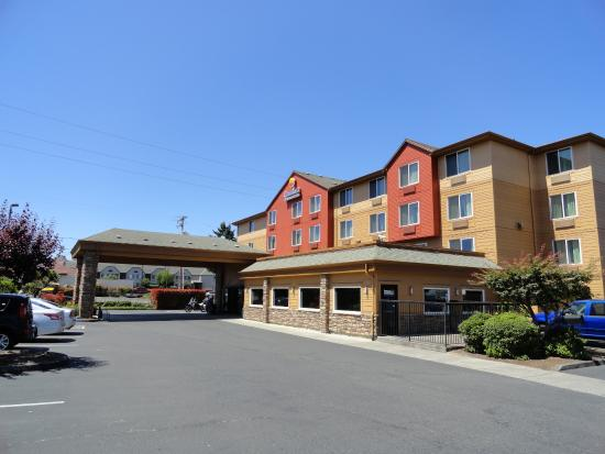 Comfort Inn & Suites Portland International Airport: outside view
