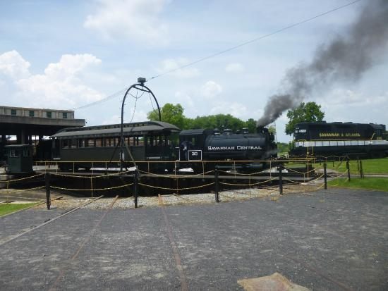 Savanna, IL: Tank Engine under steam on roundtable
