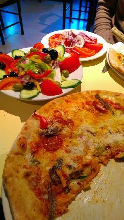 Uffizzi: Fantastic pizza, freshly cut generous salads and great value!